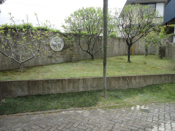 玄関までのアプローチは果樹が植わっており収穫が楽しみです。