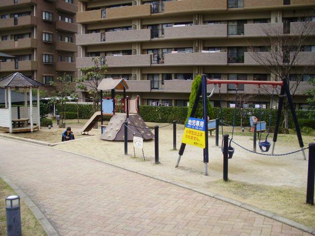 ★敷地内にお子さんの為の公園設備完備!!