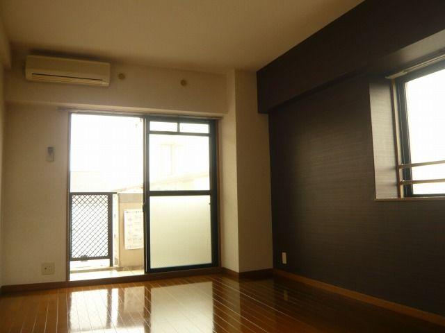 2面採光で明るい室内 ※別号室の写真です。 現況優先です。